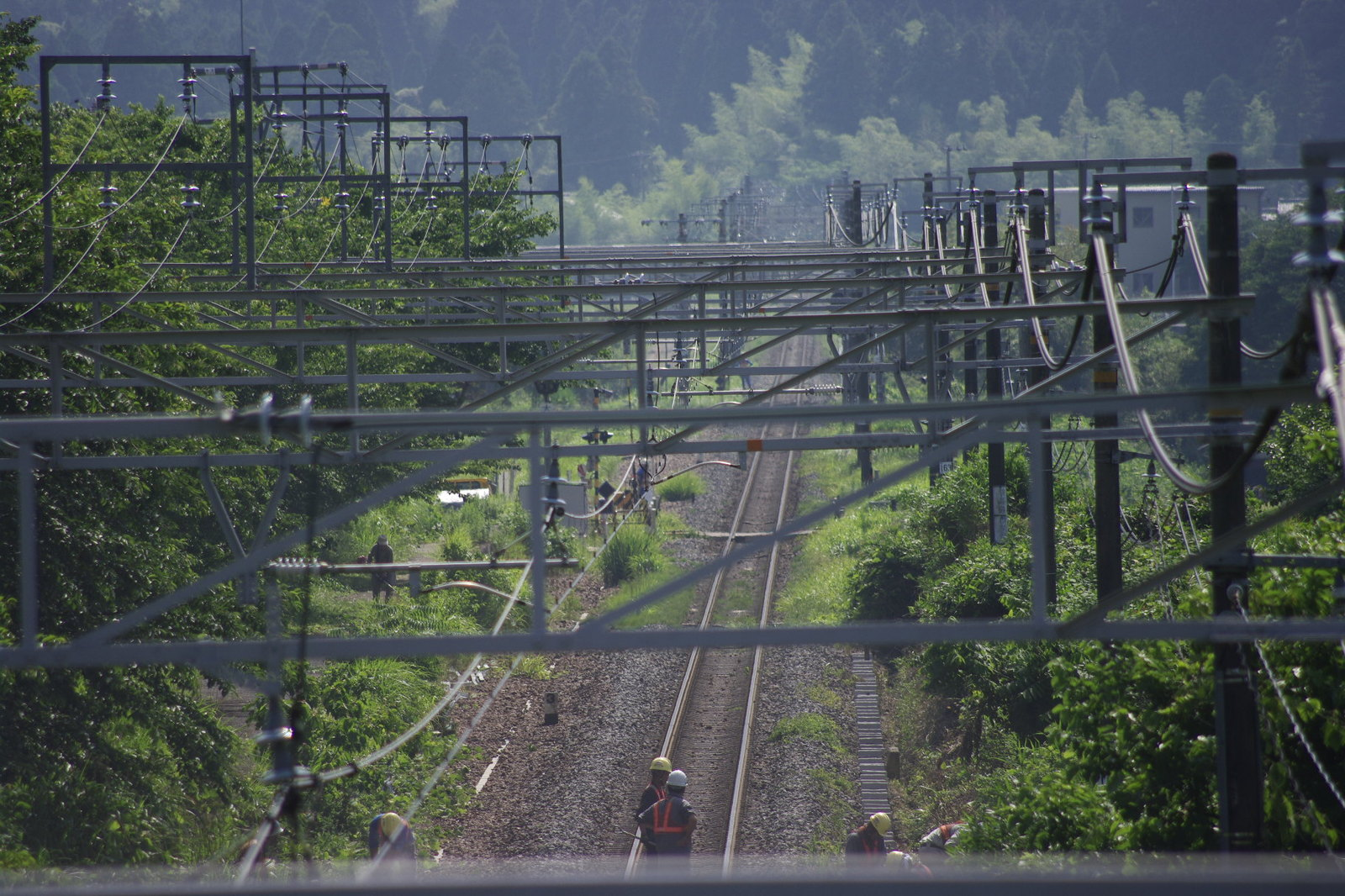 _igp0018 近くの陸橋から旧新垂井駅を見渡す。複線分の架線がとられているのは昔の名...